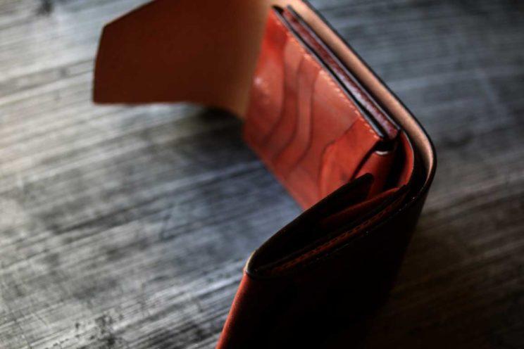 銅染色革フラップスライドカード入れ付き折財布