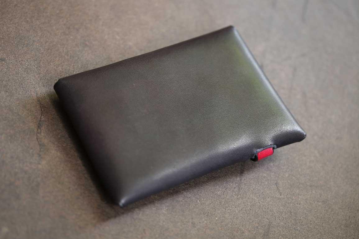 ブラック×レッドシームレスカードケース