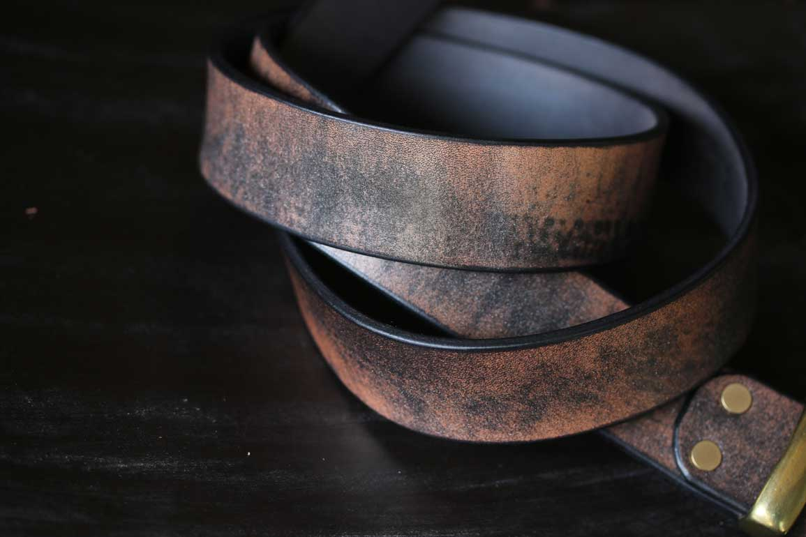 錆びたブラック革ベルト